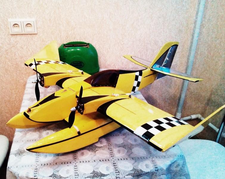 модель самолета с поплавками